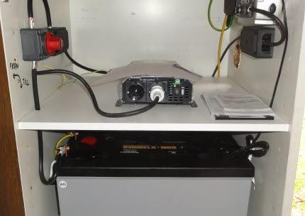 Batterilager kopplat till småskalig solelsanläggning. Foto.