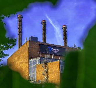 Närbild på skorstenarna på Kraftvärmeverket. Foto.