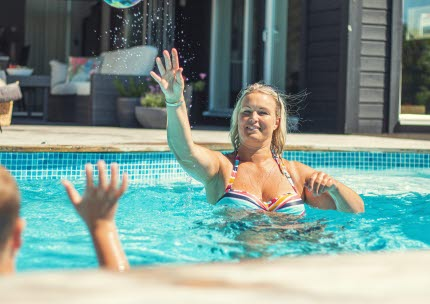 Sara värmer poolen med fjärrvärme