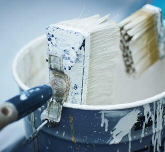 Målarfärg innehåller kemikalier som inte bör rinna ut i avloppet.